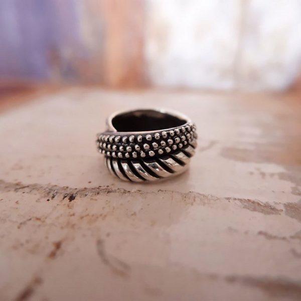Brede zilveren bewerkte ring